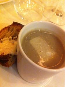soupe d'artichaut à la truffe noire, brioche feuilletée aux champignons et beurre de truffe